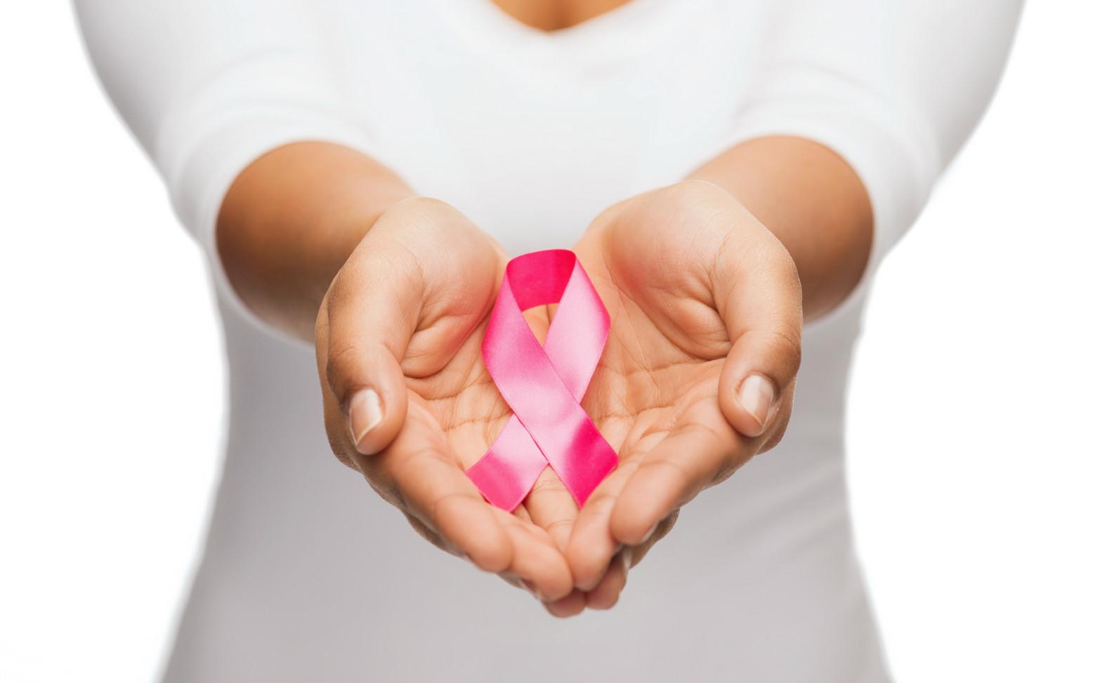 """""""Młode dziewczyny zazwyczaj nie myślą o raku. Uważają, że problem nowotworu piersi dotyczy kobiet po 50. roku życia."""""""